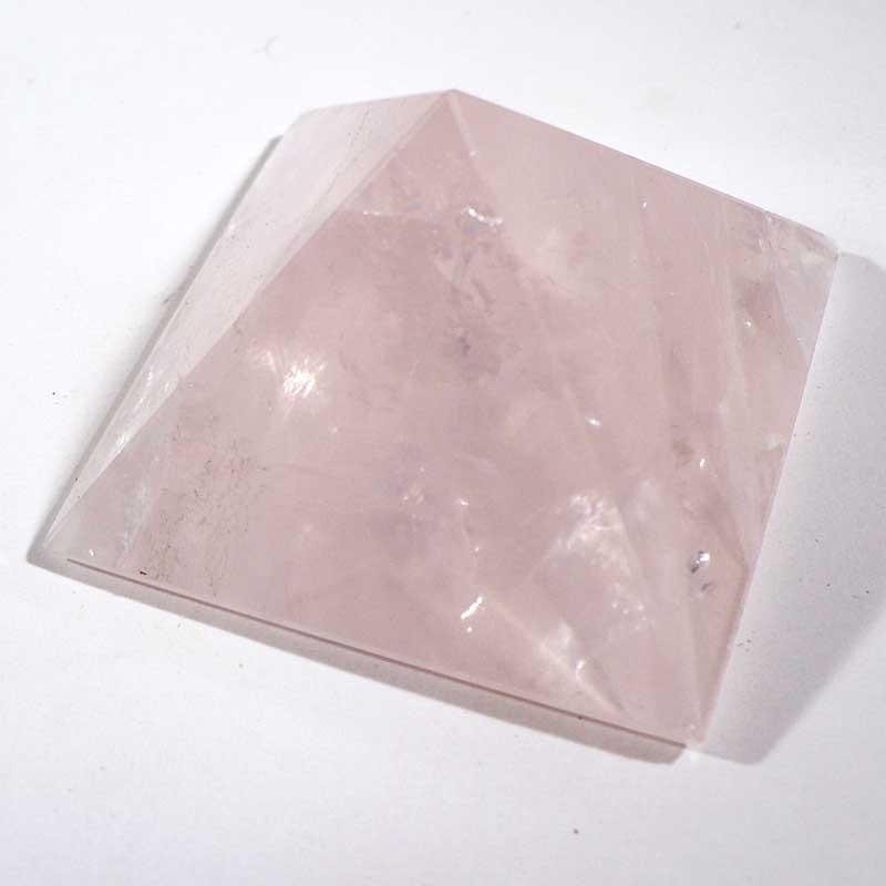 Pyramide taillée en quartz rose 4cm